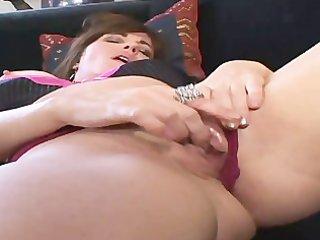 mother i bella roxxx flicks her bean exclusively