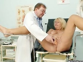 lustful older mommy gets an agonorgasmos from