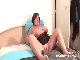BBW mature babe masturbating pussy in bed